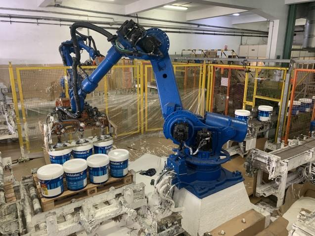 As latas de tinta que são paletizadas pelos robots Yaskawa Motoman